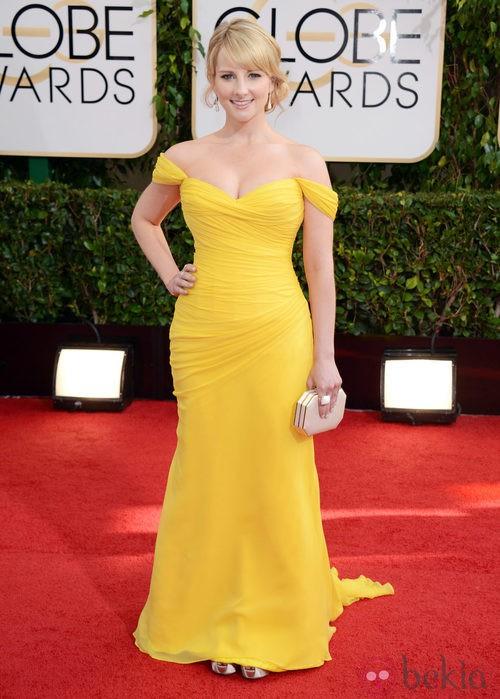 Melissa Rauch con un vestido de color amarillo en la alfombra roja de los Globos de Oro 2014
