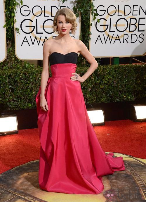 Taylor Swift con un vestido de Carolina Herrera en la alfombra roja de los Globos de Oro 2014