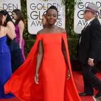 Lupita Nyong'o con un vestido de Ralph Lauren en la alfombra roja de los Globos de Oro 2014