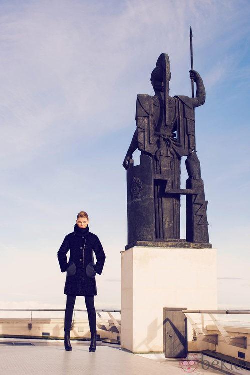 Abrigo negro de la colección invierno 2014 de Laura Bernal