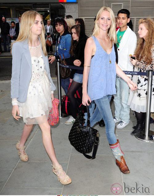 Cara Delevingne y su hermana Poppy en 2010