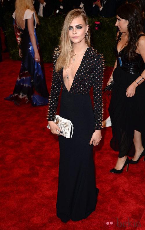 Cara Delevingne con un vestido negro en la gala del MET 2013