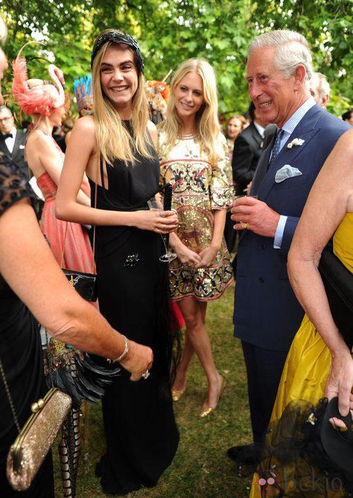 Cara Delevingne con su hermana y Carlos de Inglaterra