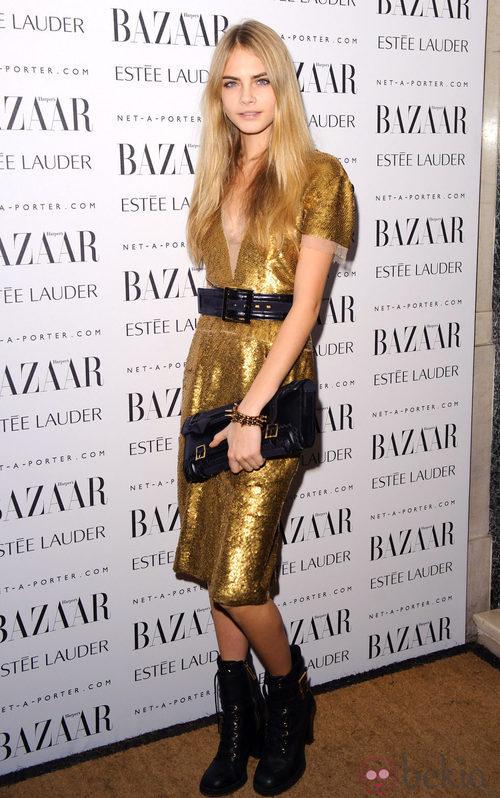 Cara Delevingne con un vestido dorado en una gala de Harpers Bazaar