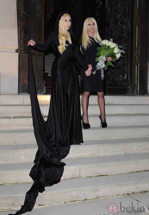 Lady Gaga y Donatella Versace en el desfile de Atelier Versace en la Semana de la Moda de París 2014