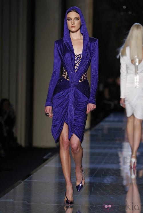 Vestido azul klein de la colección primavera/verano 2014 de Atelier Versace