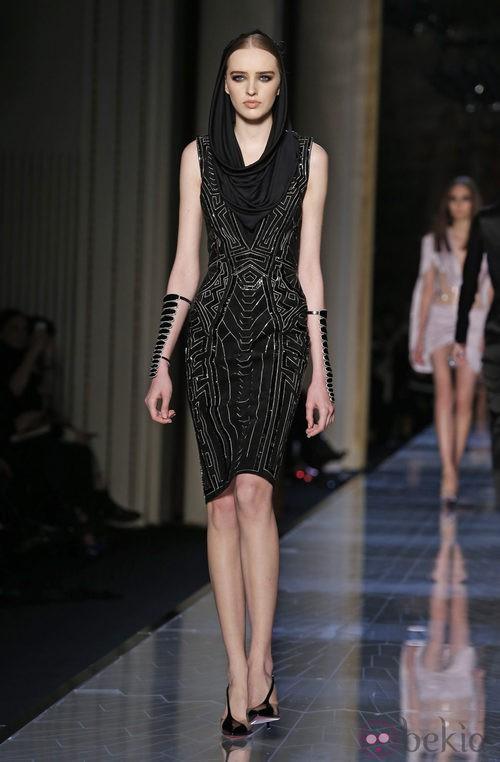 Vestido negro con velo de la colección primavera/verano 2014 de Atelier Versace
