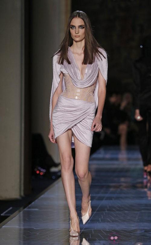 Vestido lila con transparencias de la colección primavera/verano 2014 de Atelier Versace