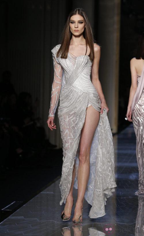 Vestido color gris de la colección primavera/verano 2014 de Atelier Versace