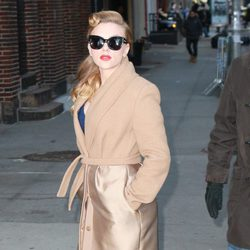 Scarlett Johansson con abrigo y gafas de sol al más puro estilo hollywoodiense