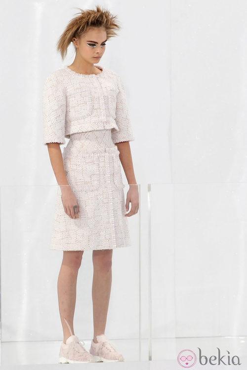 Cara Delevingne con un vestido de novia y zapatillas de deporte en el desfile primavera/verano 2014 de Chanel Alta Costura en la Semana de la Moda de París