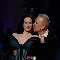 Dita Von Teese y Jean Paul Gaultier en el desfile primavera/verano 2014 Alta Costura en la Semana de la Moda de París