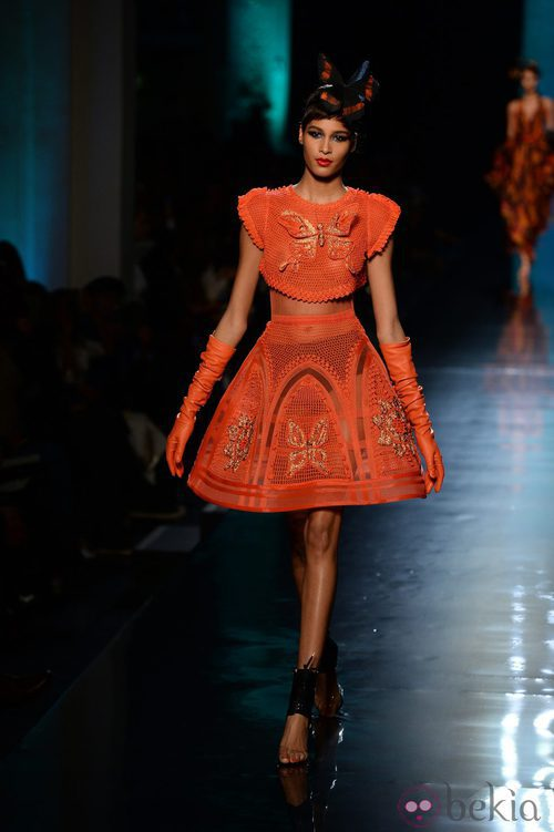 Falda naranja de la colección primavera/verano 2014 Alta Costura de Jean Paul Gaultier en la Semana de la Moda de París