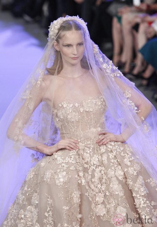 Vestido de novia de la colección primavera/verano 2014 Alta Costura de Elie Saab en la Semana de la Moda de París
