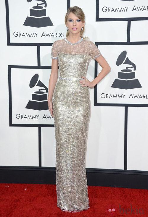 Taylor Swift con un vestido de Gucci en la alfombra roja de los Premios Grammy 2014