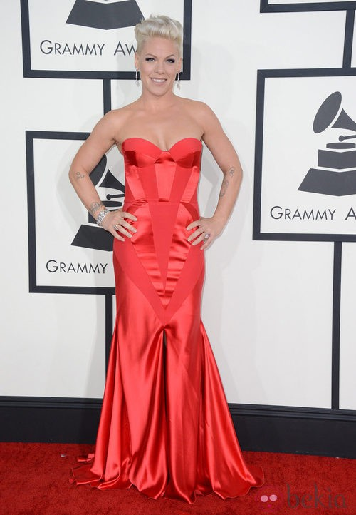 Pink con un vestido de Joanna Johanssen en la alfombra roja de los Premios Grammy 2014