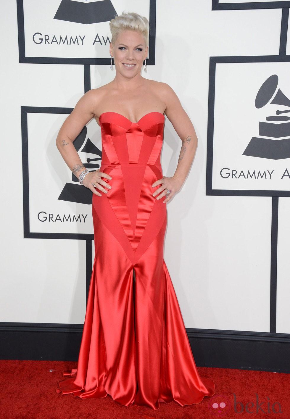 f01c9f092a Anterior Pink con un vestido de Joanna Johanssen en la alfombra roja de los  Premios Grammy 2014