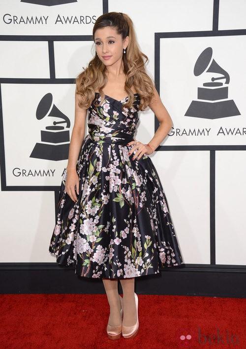 Ariana Grande con un vestido de Dolce&Gabbana en la alfombra roja de los Premios Grammy 2014