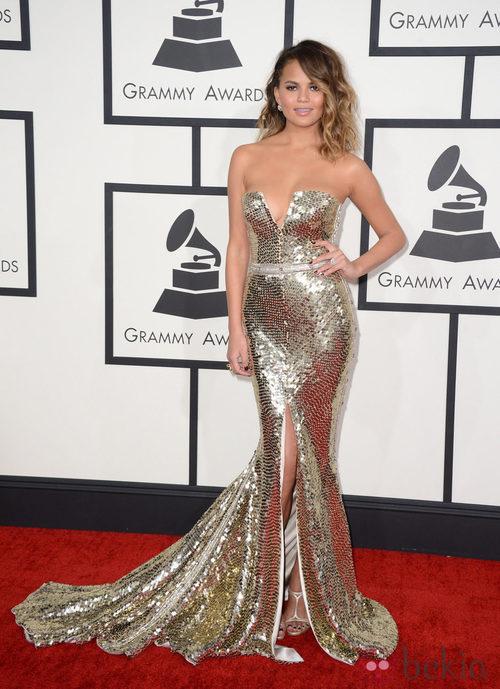 Christine Teigen con un vestido de Johanna Johnson en la alfombra roja de los Premios Grammy 2014