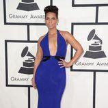 Alicia Keys con un vestido de Armani Privé en la alfombra roja de los Premios Grammy 2014