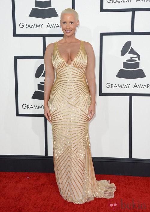 Amber Rose con un vestido de Naeem Kahn en la alfombra roja de los Premios Grammy 2014