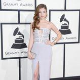 Anna Kendrick con un vestido de Azzaro en la alfombra roja de los Premios Grammy 2014