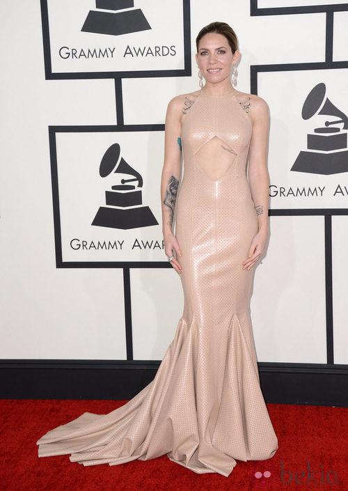 Skylar Grey con un vestido de Michael Costello en la alfombra roja de los Premios Grammy 2014