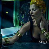 Kate Moss se mira en un espejo en la campaña primavera/verano 2014 de Alexander McQueen