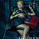 Kate Moss con falda y top posando para la campaña primavera/verao 2014 de Alexander McQueen