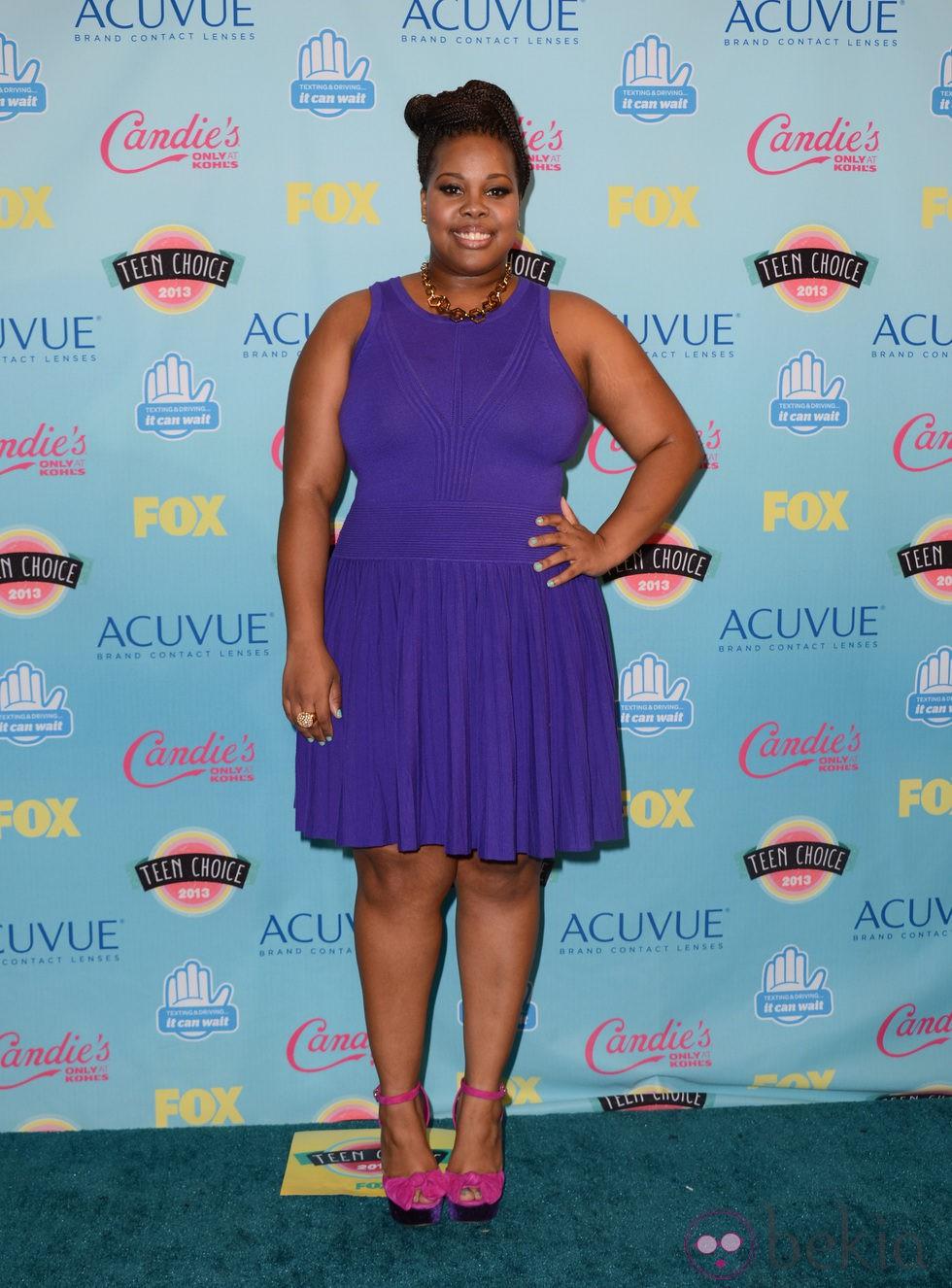 Amber Riley posando con un vestido morado