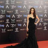 Aura Garrido con un vestido de Alberta Ferretti en la alfombra roja de los Goya 2014