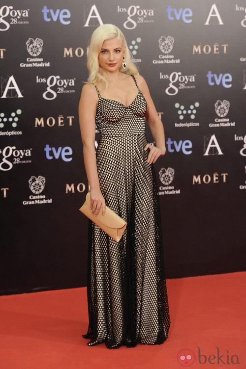 Miriam Giovanelli con un vestido de María Escoté en la alfombra roja de los Goya 2014