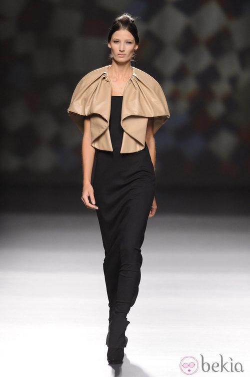 Capa de cuero combinada con un total black de AA de Amaya Arzuaga en Madrid Fashion Week otoño/invierno 2014/2015