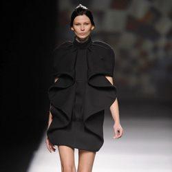 Vestido negro de AA de Amaya Arzuaga en Madrid Fashion Week otoño/invierno 2014/2015