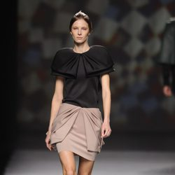 Falda de superposiciones de AA de Amaya Arzuaga en Madrid Fashion Week otoño/invierno 2014/2015