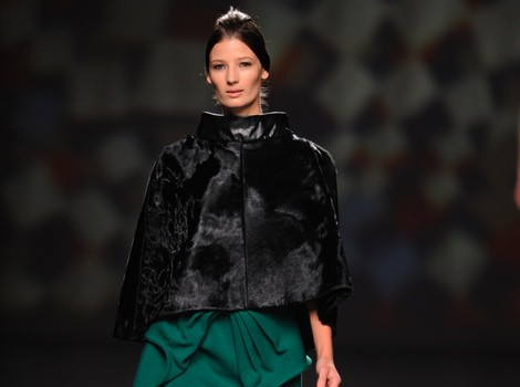 Capa negra de AA de Amaya Arzuaga en Madrid Fashion Week otoño/invierno 2014/2015