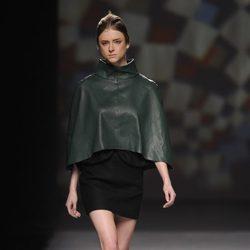 Capa de cuero verde de AA de Amaya Arzuaga en Madrid Fashion Week otoño/invierno 2014/2015