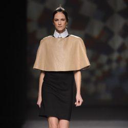 Capa de cuero beige redonda de AA de Amaya Arzuaga en Madrid Fashion Week otoño/invierno 2014/2015
