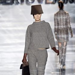 Conjunto en gris de Roberto Verino en Madrid Fashion Week otoño/invierno 2014/2015
