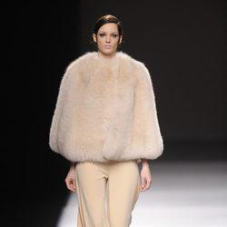 Capa beige de Devota & Lomba en Madrid Fashion Week otoño/invierno 2014/2015