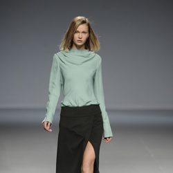 Falda negra de la colección otoño/invierno 2014/2015 de Ángel Schlesser en Madrid Fashion Week