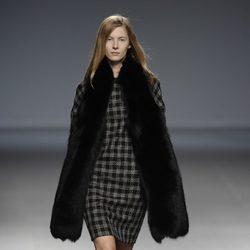 Vestido estampado de la colección otoño/invierno 2014/2015 de Ángel Schlesser en Madrid Fashion Week