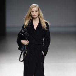 Abrigo negro de la colección otoño/invierno 2014/2015 de Ángel Schlesser en Madrid Fashion Week