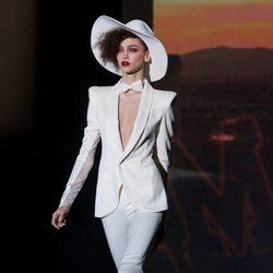 Traje blanco de la colección otoño/invierno 2014/2015 de Andrés Sardá en Madrid Fashion Week