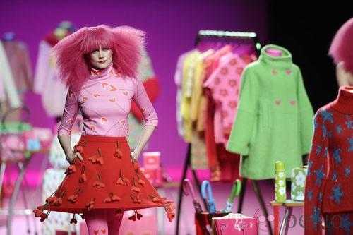 Minifalda roja de la colección otoño/invierno 2014/2015 de Agatha Ruiz de la Prada en Madrid Fashion Week