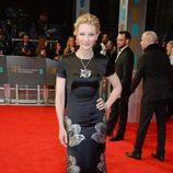 Cate Blanchett con un vestido de Armani en la alfombra roja de los Premios BAFTA 2014
