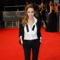 Angelina Jolie con un traje de Yves Saint Laurent en la alfombra roja de los Premios BAFTA 2014