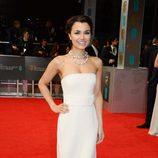 Samantha Barks con un vestido de Calvin Klein en la alfombra roja de los Premios BAFTA 2014