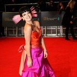 Lily Allen con un vestido bicolor en la alfombra roja de los Premios BAFTA 2014