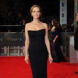 Uma Thurman con un vestido de Atelier Versace en la alfombra roja de los Premios BAFTA 2014